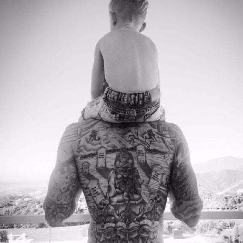 Daniel Agger: El recientemente retirado defensor danés tiene en la espalda un impresionante cementerio vikingo que desemboca en la representación de cuatro generaciones de reyes daneses. Foto:Instagram Daniel Agger