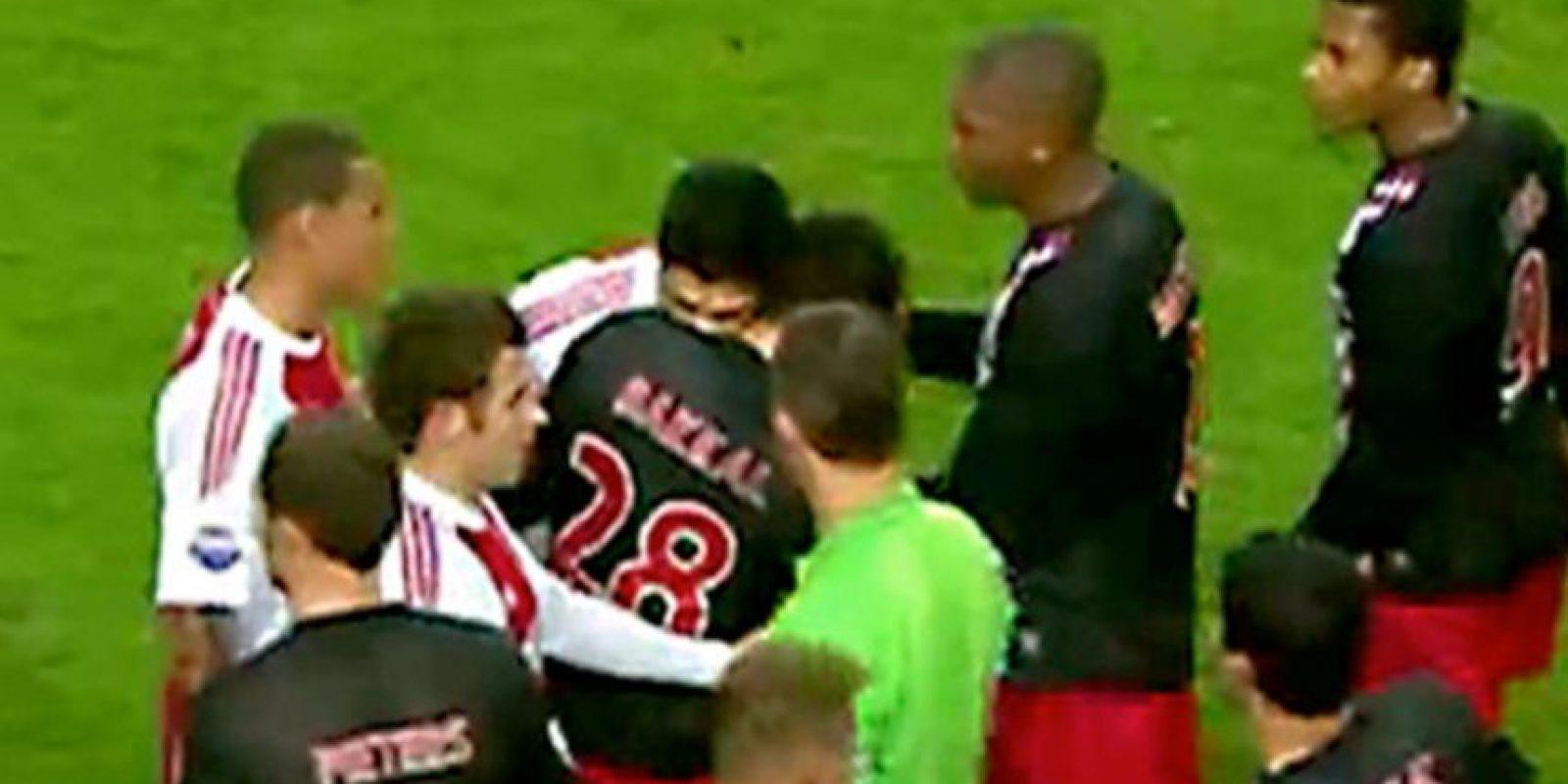 Los mordiscos de Luis Suárez-Otman Bakkal (2010): Ya llevaba un tiempo jugando por Ajax, pero aún no demostraba su carácter. Eso hasta que mordió a Otman Bakall en el hombro. Después demostraría que no era una casualidad y parecía una costumbre. Foto:Getty Images