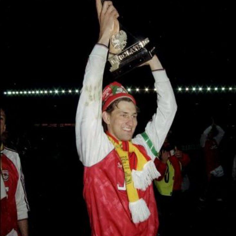 Tony Adams: Uno de los grandes jugadores que ha tenido Arsenal, donde acumuló, entre otros títulos, cuatro Premier League. Reconoció que era alcohólico y que llegó a jugar borracho, teniendo una dura lucha por superar su adicción. Ahora que ya dejó el vicio de lado, ayuda a otras personas que tienen problemas con el alcohol para que lo dejen de lado. Foto:Getty Images