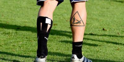 Danielle De Rossi: En tanto, en la pierna tiene un jugador haciéndole una falta a otro en un signo de stop. Foto:Getty Images