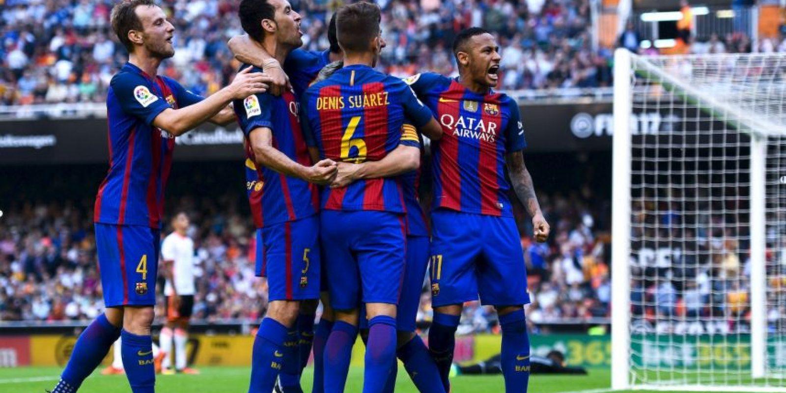 En Valencia se lanzaron contra los hinchas locales. Neymar y Suárez terminaron con botellazs Foto:Getty Images