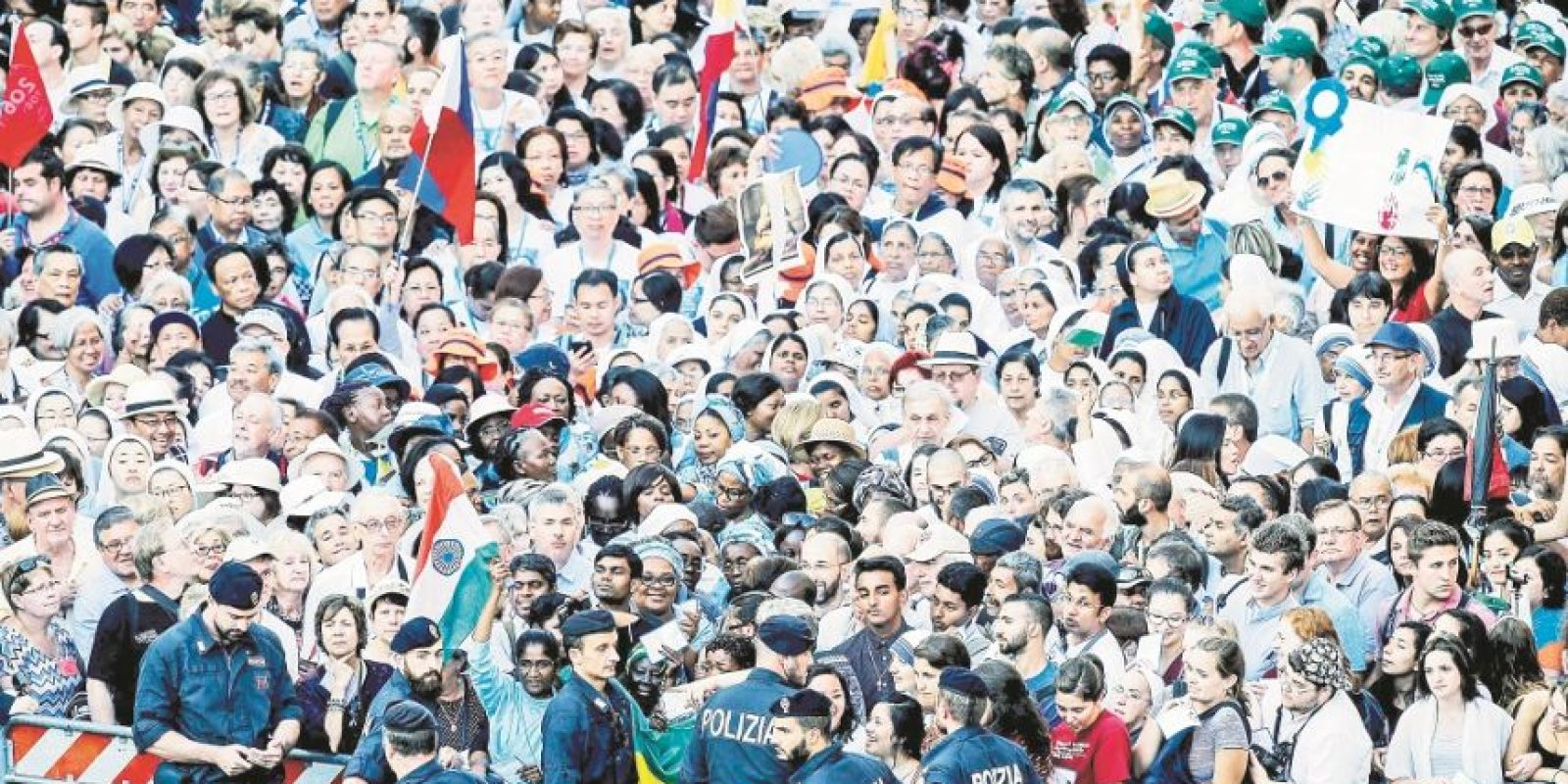 Más de cien mil personas se congregaron en la sede del Vaticano. Foto:EFE