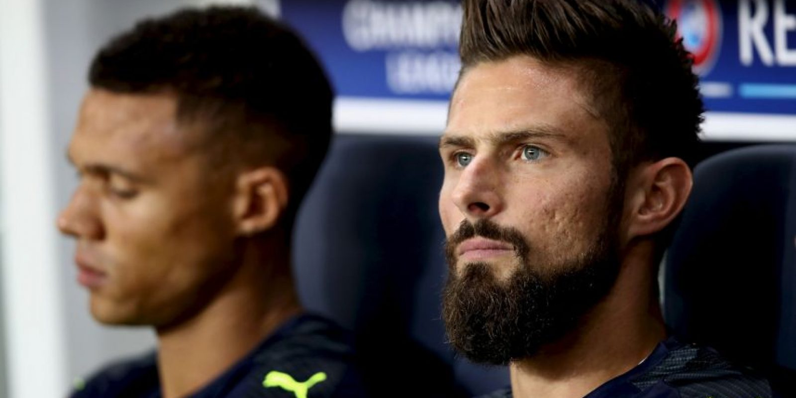 Olivier Giroud reta a Conor McGregor Foto: Getty Images