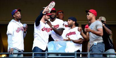 Los jugadores de Cleveland Cavaliers celebraron en el estadio el paso de Cleveland Indians a la Serie Mundial Foto:Getty Images
