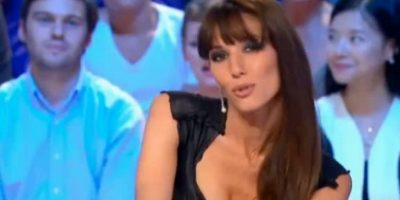 """Doria Tillier. La presentadora francesa prometió dar su informe desnuda en caso de que su selección clasificara a Brasil 2014. Finalmente cumplió pero con """"trampa"""" ya que lo hizo a gran distancia de la cámara. Foto:Instagram"""