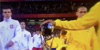 Tocar la Copa: Considerado un mito, pero ha tenido víctimas claras. La Champions League así lo deja claro y han sido tres los equipos que perdieron una final luego que uno de sus jugadores tocara la copa. Además, el caso más reciente fueron los tres brasileños de la Sub 20 que besaron la copa antes de la final del Mundial con Serbia. Finalmente perdieron por 2 a 1. Foto:Captura de pantalla