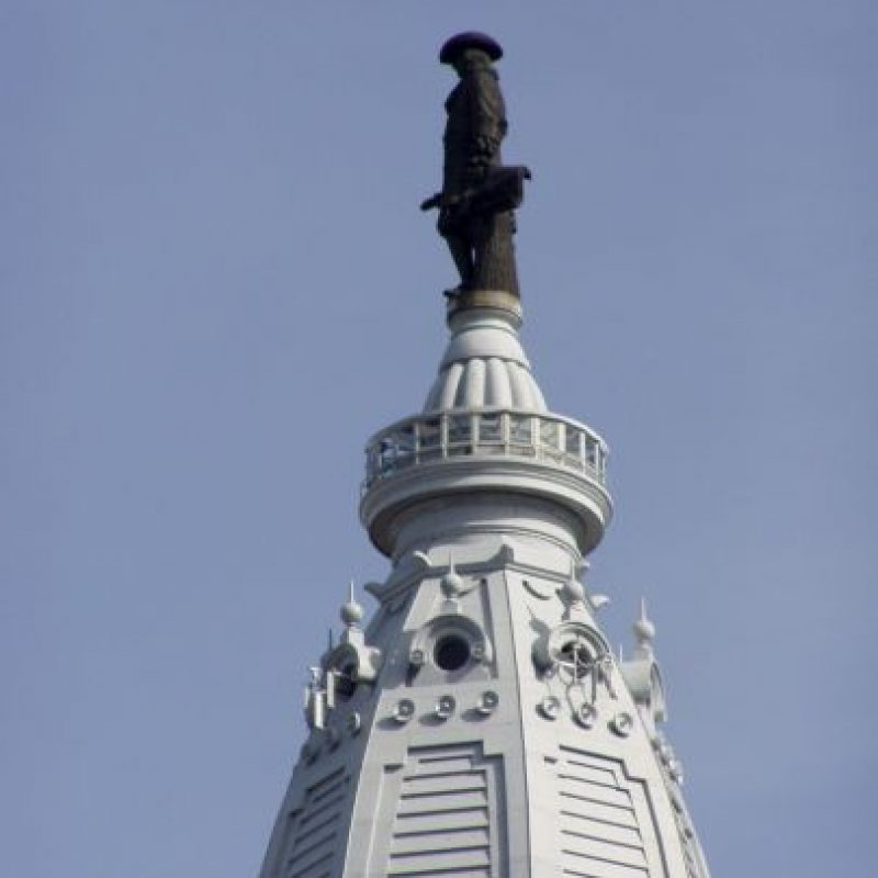 La estatua de William Penn: Fue una maldición que azotó a todos los equipos deportivos de Philadelphia y que se inició en 1987, fecha en que se construyó el One Liberty Place. El gran problema fue que ese rascacielos superó la altura de la estatua de William Penn, fundador de la ciudad, y pareció desquitarse con no darle alegrías deportivas. Los Phillies cortaron la mala racha en 2008, cuando ganaron la Serie Mundial. Precisamente, el año anterior se construyó una nueva estatua de William Penn y fue sobre la municipalidad, llegando más arriba que el One Liberty Place.