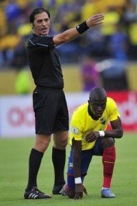 El delantero de Ecuador tuvo una extraña lesión en el partido ante Chile Foto:AFP