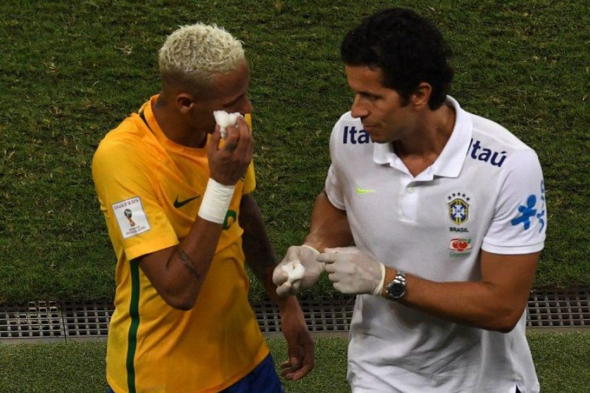 Neymar terminó lleno de sangre Foto:AFP