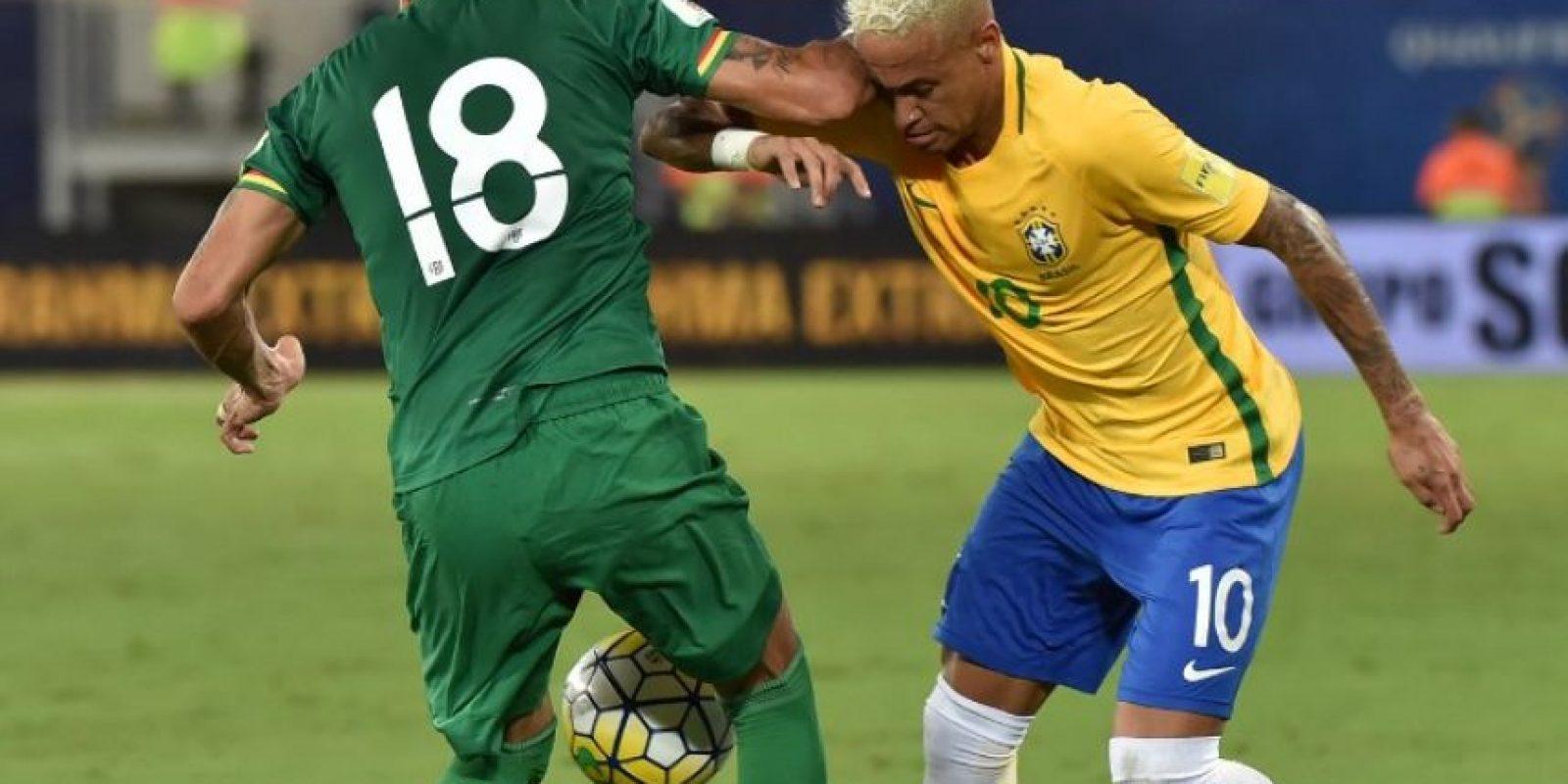 Yasmani Duk no aguantó que le hicieran un túnel y le lanzó un codazo a Neymar