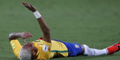 Neymar y otros futbolistas ensangrentados en la cancha