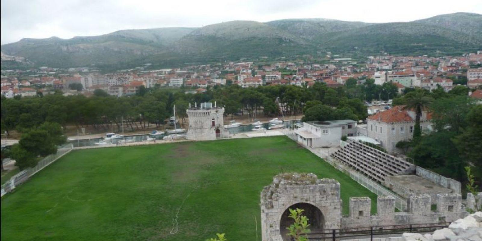 Estadio Batarija (Croacia). La casa del HNK Trogir está ubicado al costado del Castillo del Camarlengo y la Torre de San Marcos, ambos Patrimonio de la Humanidad de la Unesco, además de estar al borde de la costa del Adriático. Foto:Panoramio-Google Maps