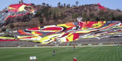 """Estadio Universitario Alberto """"Chivo"""" Córdoba (México). Es un estadio multiuso perteneciente a la Universidad Autónoma del Estado de México y fue inaugurado en 1964. Se ubica a un costado de la ladera del cerro Coatepec y llama la atención por tener un pintoresco mural en las gradas y también en el cerro. Foto:Captura de pantalla"""