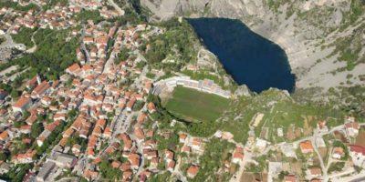 Stadion Gospin Dolac (Croacia). Desafiando a la naturaleza, el estadio que pertenece NK Imotski está ubicado en medio de las montañas y al borde de un acantilado que da directo a un lago. Foto:Captura de pantalla