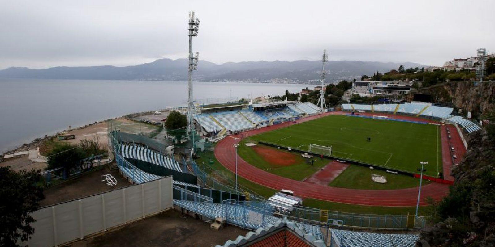 Stadion Kantrida (Croacia). Su apariencia llama la atención por estar rodeado de acantilados al norte y la costa del Adriático al lado norte. Es la casa del HNK Rijeka y alberga 12 mil espectadores Foto:Getty Images