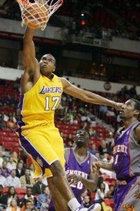 Andrew Bynum es el hombre más joven en jugar en la NBA con 18 años y seis días Foto:Getty Images