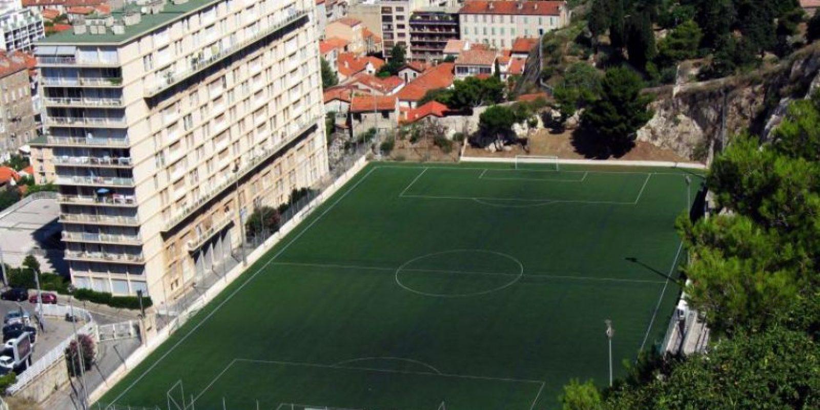 Stade Francis di Giovanni (Francia). El estadio del Unión Sportive Marsella de Francia está enclavado a un costado de un bloque de edificios, dándole una amplia sombra a un sector de la cancha. Foto:Wikimedia Commons