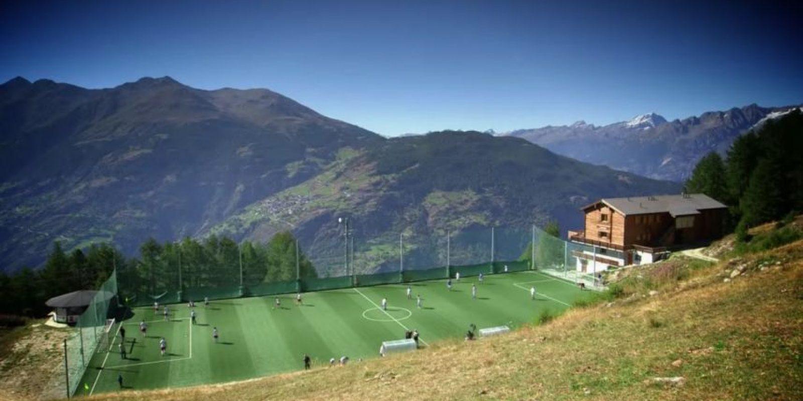 Estadio Ottmar Hitzfeld (Suiza). Llevando el nombre del histórico jugador alemán del Basilea, donde obtuvo dos torneos locales, el estadio suizo es el que se encuentra a mayor altura en Europa. Hay que tomar un teleférico para llegar a los 2000 metros. Foto:Captura de pantalla