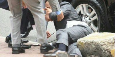 Ministro Andrés Navarro sufre caída al salir de la Catedral