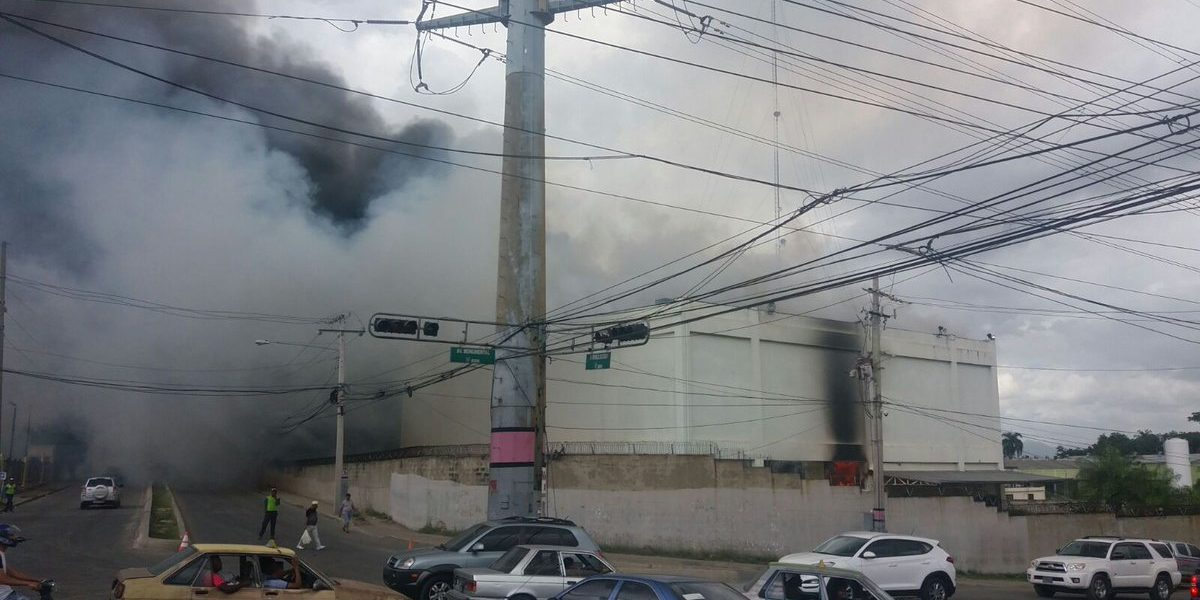 25 camiones de bomberos para sofocar incendio