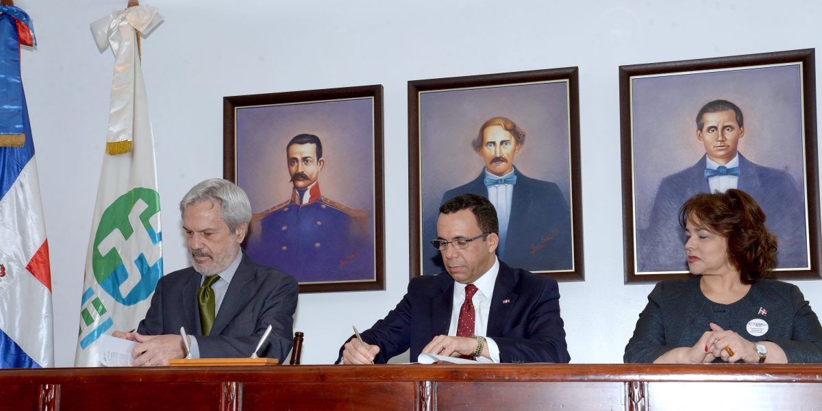 Ministerio de Educación firma acuerdo con la OEI para realizar licitación de computadoras