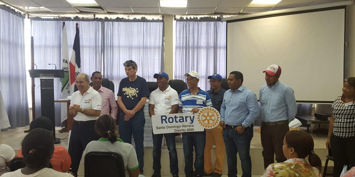 Rotary International imparte clases de microcréditos a mujeres