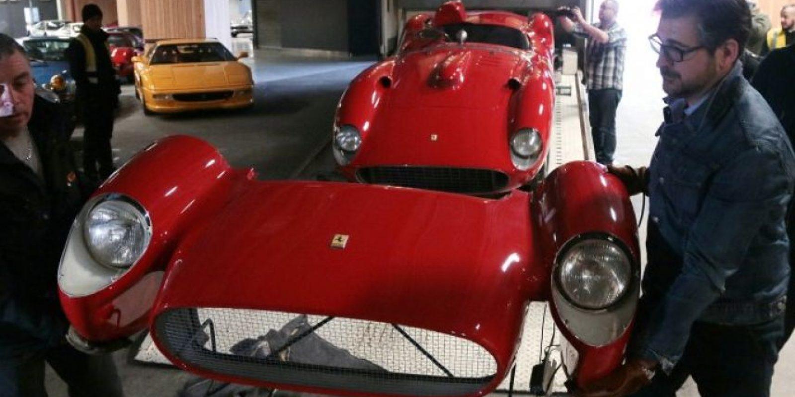 El Ferrari 335 S Spider Scaglietti de 1957 exhibido en el salón de la casa de subastas Artcuria, en París. Foto:Infobae