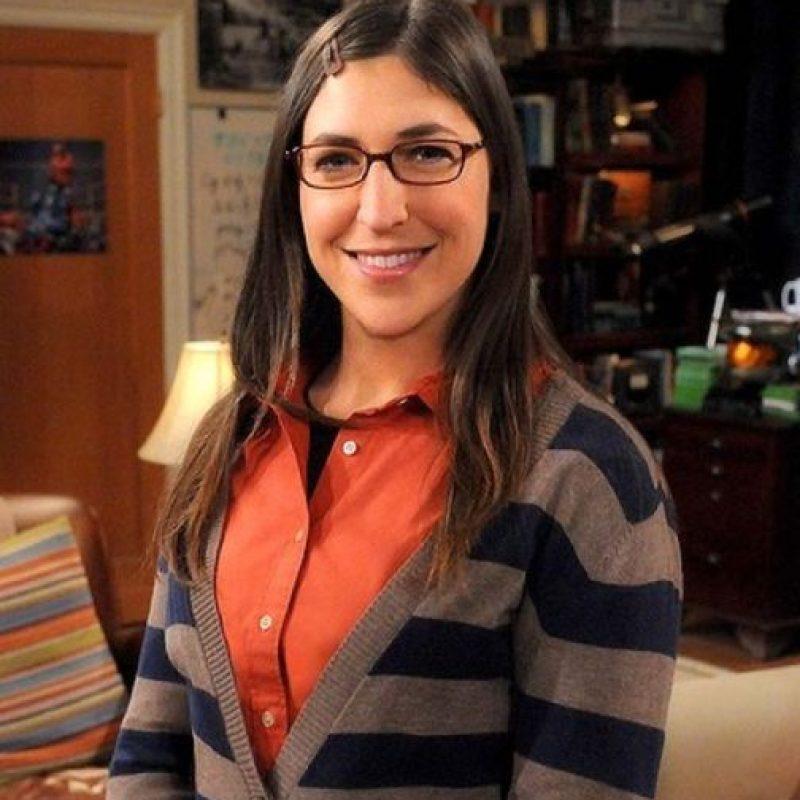 """Amy, de """"The Big Bang Theory"""". Una genio y una santa, por aguantar a Sheldon. Mayim Bialik en realidad es graduada en neurociencias. Foto:vía Warner Bros"""