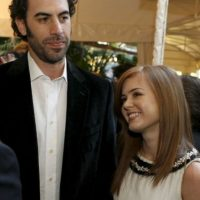 Borat (Sacha Baron Cohen) y Isla Fisher Foto: Getty Images