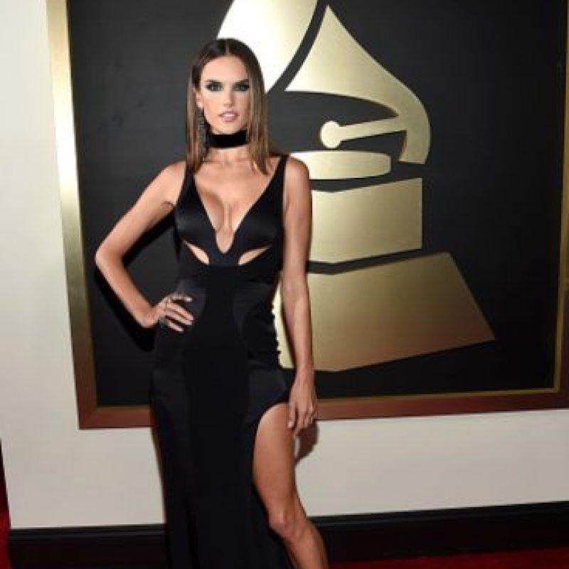 Alessandra Ambrosio con un modelo parecido, rezumando perfección. Foto:vía Getty Images