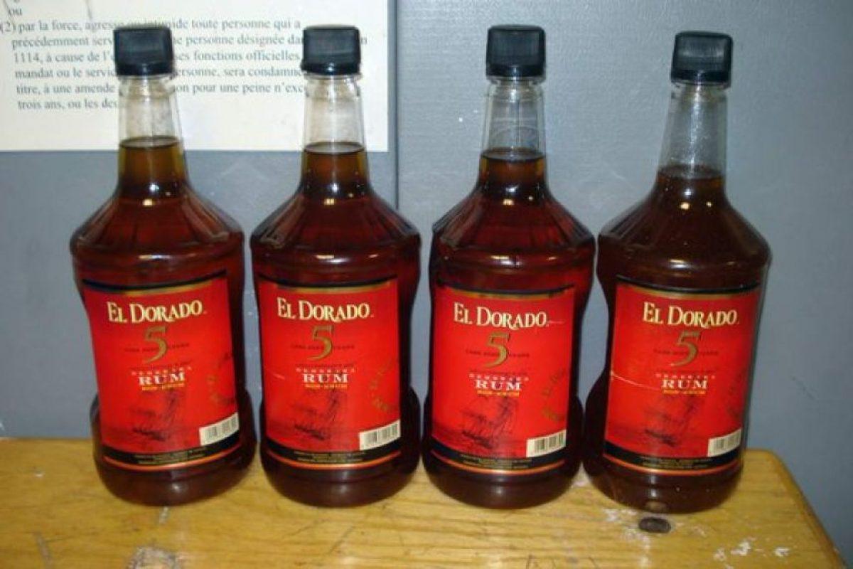 Botellas de Alcohol: Para transportar drogas como la cocaína, los traficantes los mezclan con disolventes y rellenan botellas que simulan ser de de uso comercial. Foto:Internet