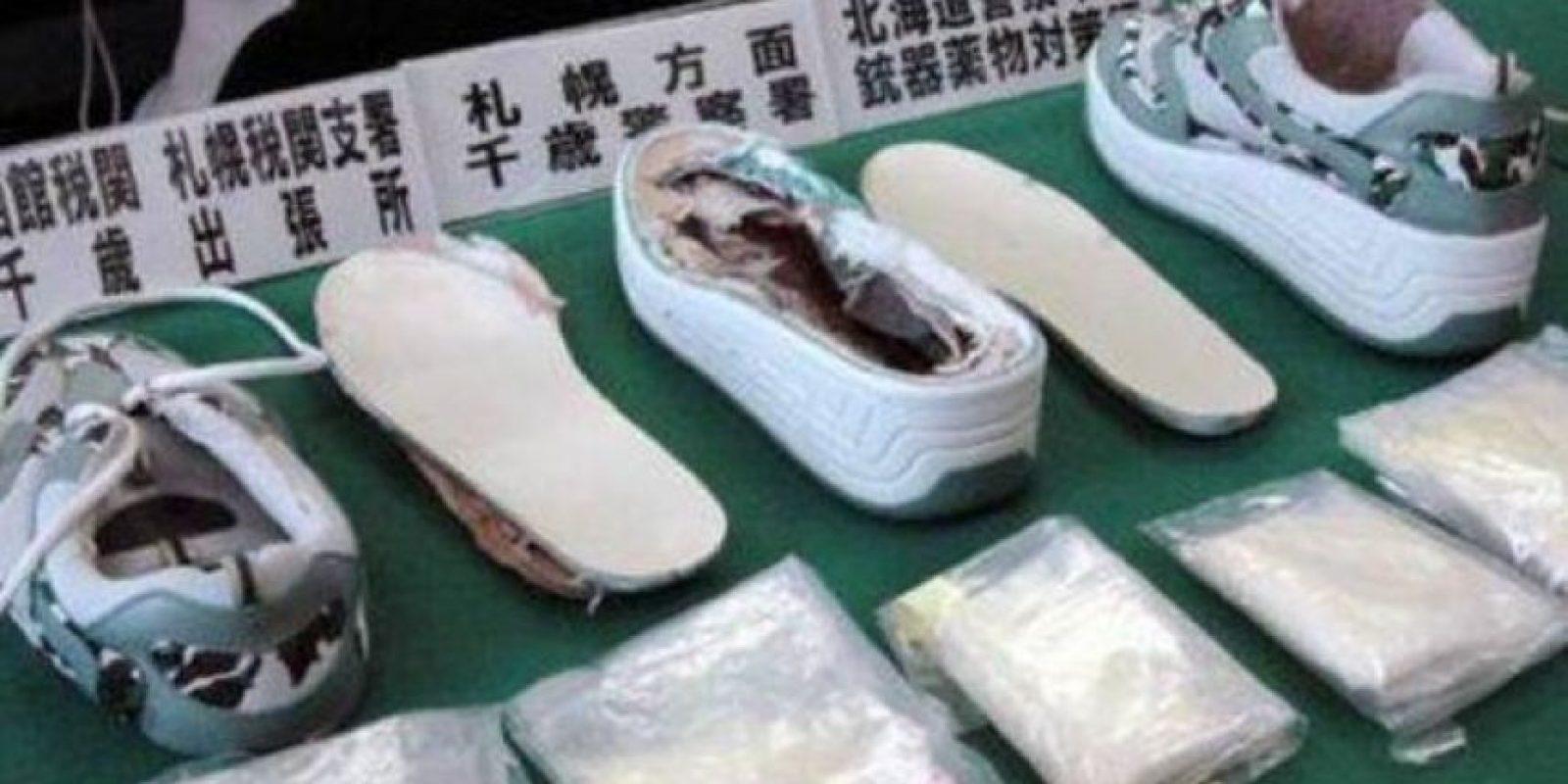 Zapatos: No importa cómo, lo importante es que llegue a su destino. Algunos narcos deciden meter su cargamento dentro de zapatos, comúnmente oculto en las plataformas o suelas. Foto:Internet