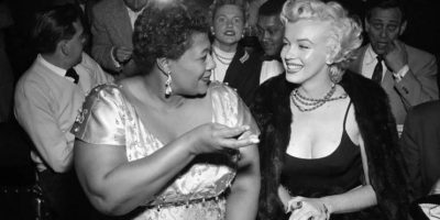 El club que no dejó entrar a Ella Fitzgerald porque era negra. Una imagen real con una historia algo tergiversada. Se dice que, en 1954, a la mítica cantante Ella Fitzgerald le prohibieron actuar en el club Mocambo, en Hollywood, por ser negra, y que Marilyn Monroe 'obligó' al propietario del club a admitirla. La historia real es que, para la fecha en la que tuvo lugar el supuesto incidente, en el Mocambo habían actuado ya muchos artistas de color. El gerente del club, Charlie Morrison, simplemente creía que Ella no tenía el suficiente glamour. Lo que sí es cierto es que Monroe intercedió por ella para que pudiera actuar. Foto:HistoryinPics