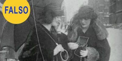 El téléfono móvil de 1922. Esta imagen corresponde a un vídeo en el que se muestra a dos mujeres utilizando un supuesto teléfono móvil muchos años antes de que lo inventaran. En realidad es un aparato portátil de radio. Foto:Metro UK