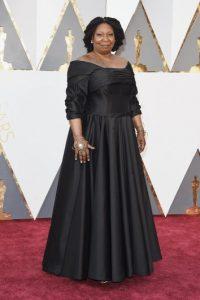 Y este es Goldberg, enfundada en un vestido negro Foto:Getty Images