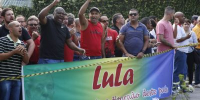 Al principio, manifestantes llegaron en apoyo al expresidente Foto:AP