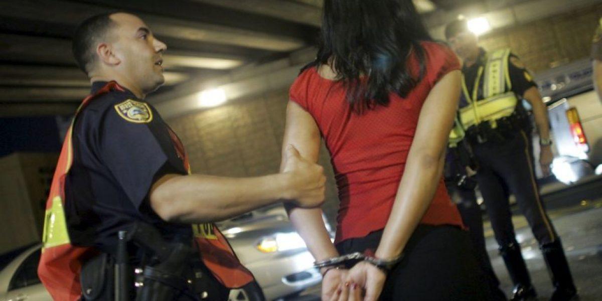 Cárcel para policía que multaba a una mujer