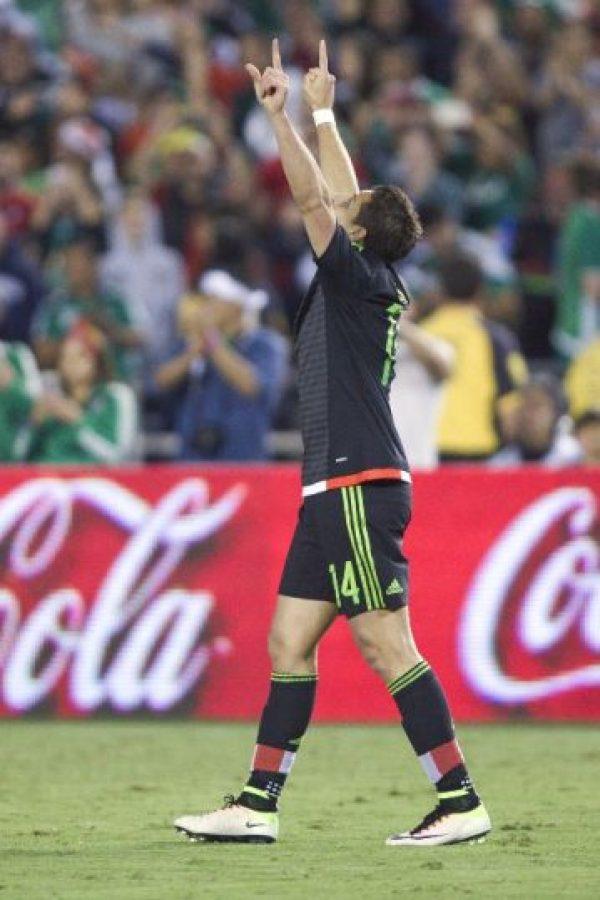 Chicharito viene en racha tras su gran temporada en Alemania y ante la Roja le bastaron quince minutos en cancha para anotar el gol de la victoria Foto:AFP