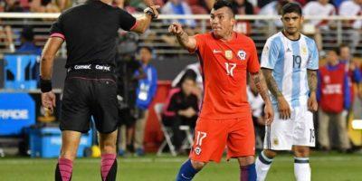 Medel no quedó contento con el partido ante Argentina y lo demostró con la discusión que protagonizó con Ángel Di María Foto:AFP