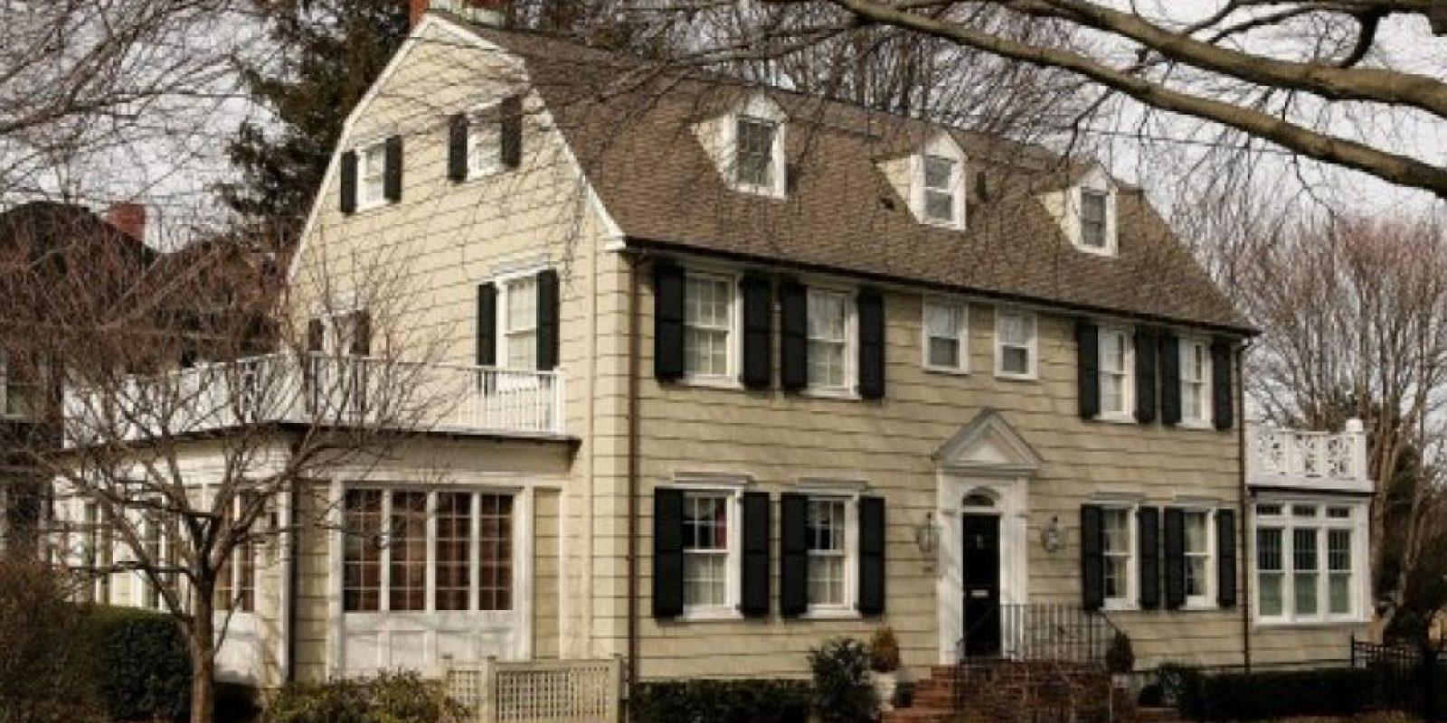 'The Amityville Horror' (1979) narra la historia de la familia De Feo y su asesinato a sangre fría cometido por el hijo mayor; se cree que había una maldición en la mansión donde habitaban. Foto:Internet