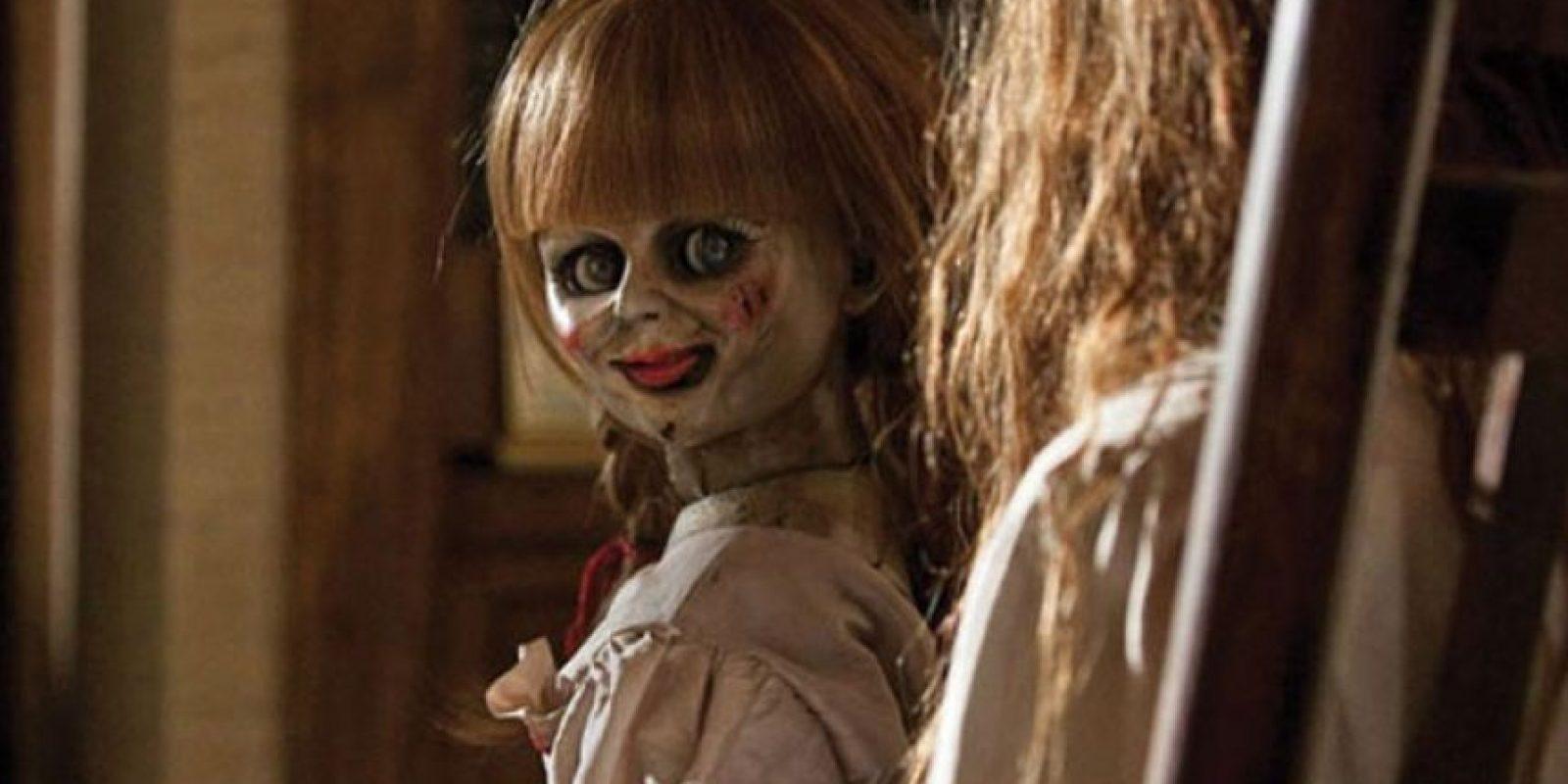 'Anabelle' (2014) está basada en la historia de Donna, una joven a la que su madre le regala una muñeca que resulta estar poseída por un espíritu que quiere apoderarse del novio de ella. Foto:Internet