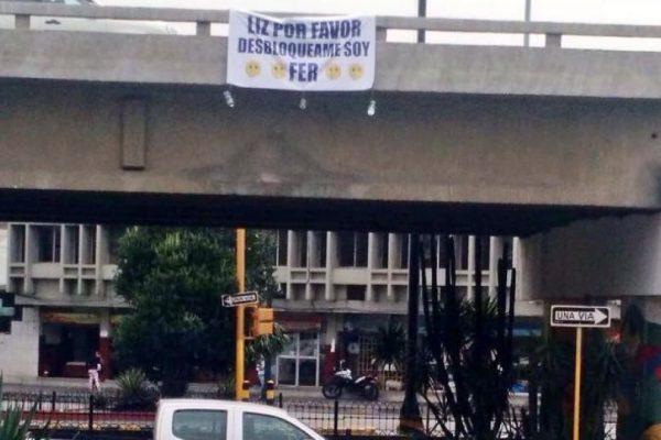 Cartel en puente de avenida Kennedy  captura la simpatía de los tuiteros