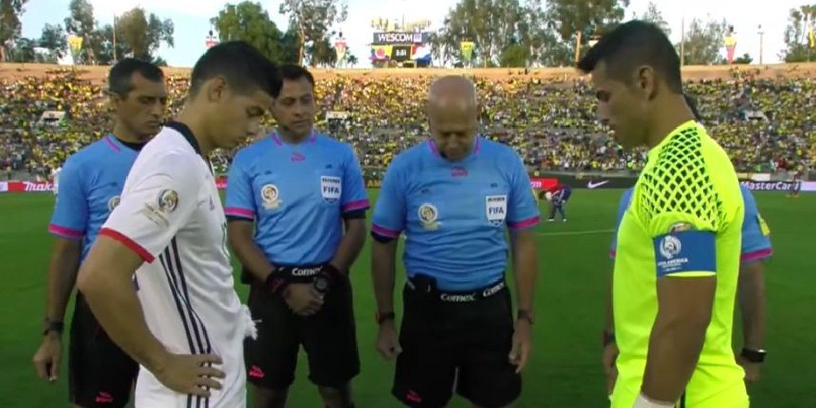 El árbitro del Colombia-Paraguay lanzó la moneda para que los capitanes elijan lado y cayó parada Foto:Captura de pantalla