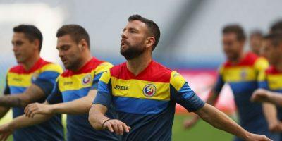 Con 35 años, el lateral izquierdo lidera el equipo rumano en defensa y es el capitán de una selección que parece tener escasas chances de campeonar Foto:Getty Images