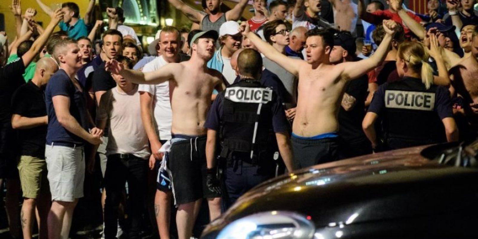 Los ingleses salieron de un pub irlandés y se enfrentaron con la policía e hinchas franceses Foto:AFP