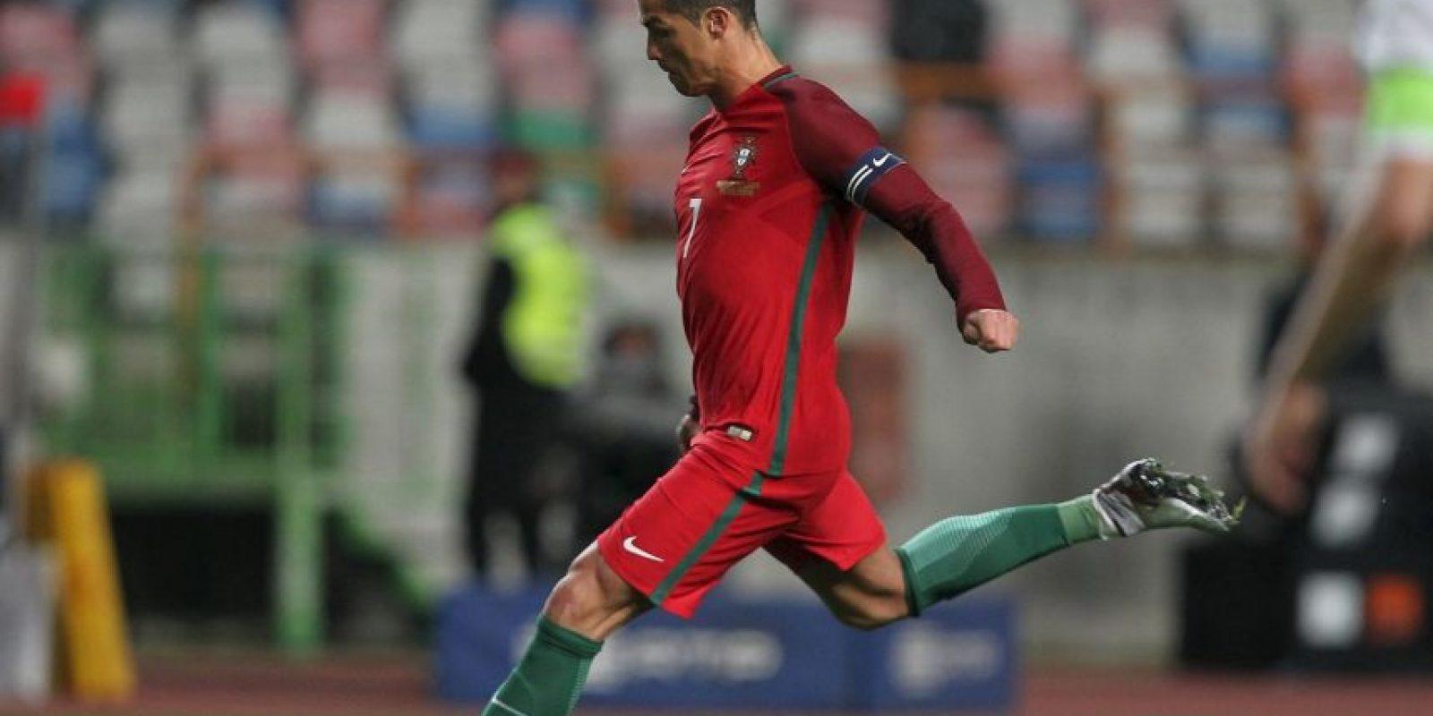 Cristiano Ronaldo es, con permiso de 'La Pantera' Eusebio, el mejor futbolista portugués de todos los tiempos. Sin embargo, el tres veces Balón de Oro y máximo anotador histórico del Real Madrid nunca mostró esa exuberancia goleadora con Portugal. Muy potente, la edad le ha restado velocidad para desequilibrar en la banda. Sin embargo, su extenso repertorio de remates -con ambas piernas, de cabeza, de falta, de tacón, acrobáticos- le convierte en un ariete formidable. Foto:DPA