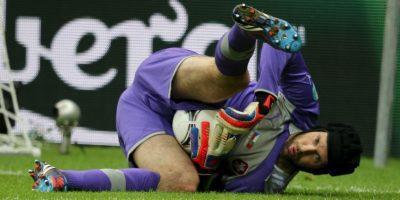 Cech, con 118 partidos internacionales, es una institución en la portería de la República Checa. Segurísimo por alto -mide 1,96 metros-, sobrio y seguro, Cech es capaz de sostener por sí mismo al equipo. Juega con casco desde que sufriera un brutal choque en la cabeza en un partido de la Premier League en 2006 defendiendo la meta del Chelsea. Foto:DPA