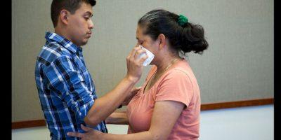 Ahora, con 22 años de edad, Steve fue quien le limpió las lágrimas de felicidad a su propia madre. Foto:Oficina del Fiscal de Distrito del Condado de San Bernardino
