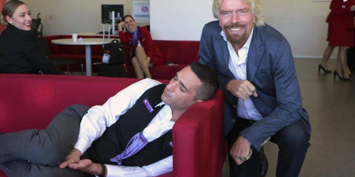 Richard Branson se fotografió con un empleado dormido