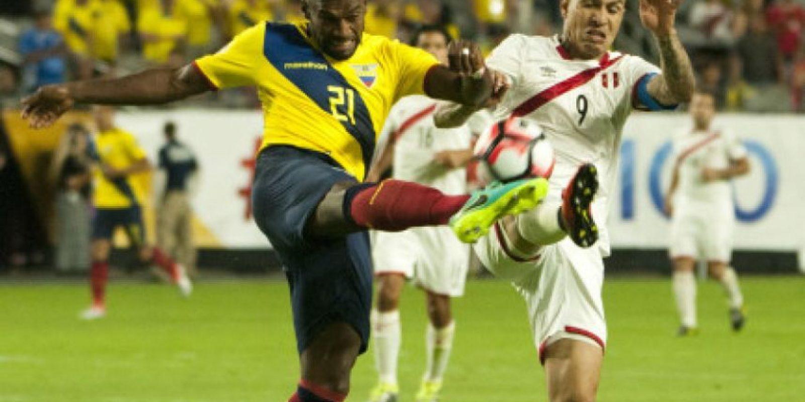 El jugador ecuatoriano Gabriel Achilier (c) disputa el balón con el peruano Raúl Ruidiaz (i) Foto:EFE
